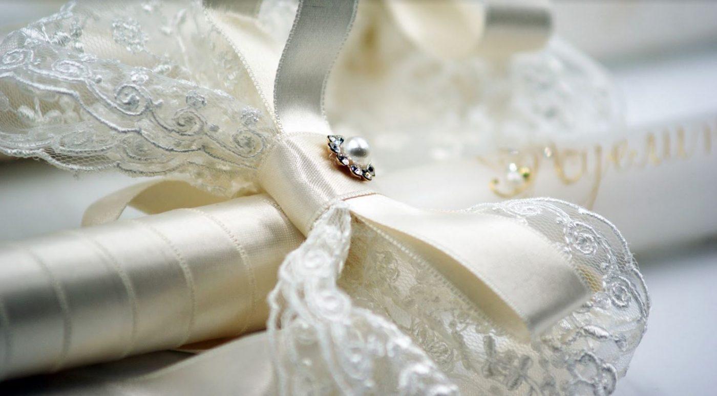 Красиви свещи за сватбен ритуал - ръчно изработени и стилно украсени със сатенена панделка и дантела, изписани имена, изрисувано перо и фино добавени перли и камъчета Swarovski.