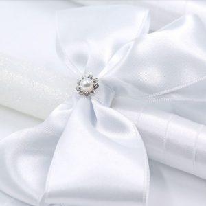 Сватбени свещи от бял восък с голяма бяла панделка. Предлагат се в два варианта: посипани с брокат или само с инициали.