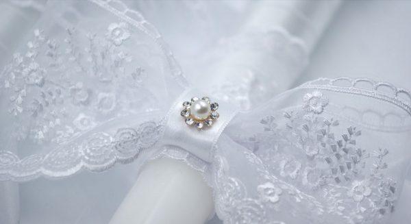 Сватбени свещи с перла и нежна бяла дантела , допълнена с разкошна панделка и камъчета Swarovski.