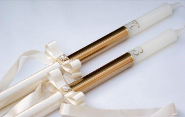 Сватбени свещи с инициали и златно покритие. Украсата се допълва от сатенена лента с панделка, перла и фини камъчета.