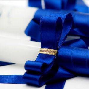 Сватбени свещи с тъмносиня лента и златисти детайли - модел