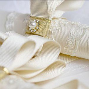 Сватбени свещи в бароков стил - изработени са ръчно от бял еко восък и са украсени в бароков стил. Имат красиви орнаменти, сатен и дантела.