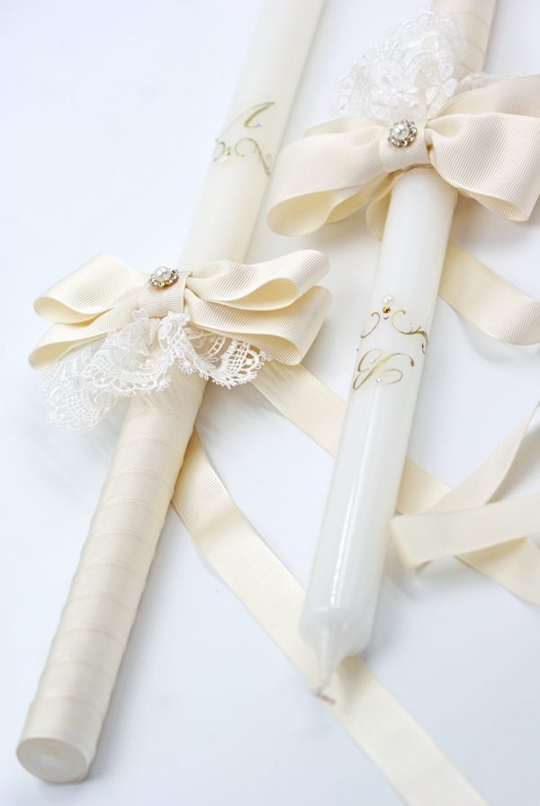 Свещи за сватба с инициали и пандела от рипсен сатен. Бели восъчни свещи, красиво декорирани и елегантно изписани инициали.