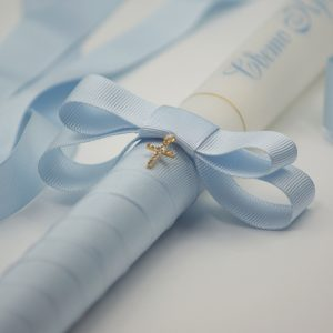 Ритуални свещи за кръщене в бебешко синьо - Бяла восъчна свещ с изписано името на кръщелника със син цвят и обвита основата на свещта с лента от рипсен сатен с панделка в бебешко синьо.