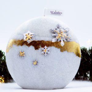 """Коледна Свещ от естествен восък е модел """"Снежно Сияние"""". Тя е ръчна арт изработка, Изглежда като мраморен камък покрит със злато и нежни снежинки."""