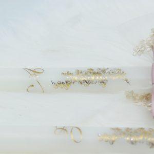 Ритуални свещи декорирани с красиви рози, персонализирани с инициали
