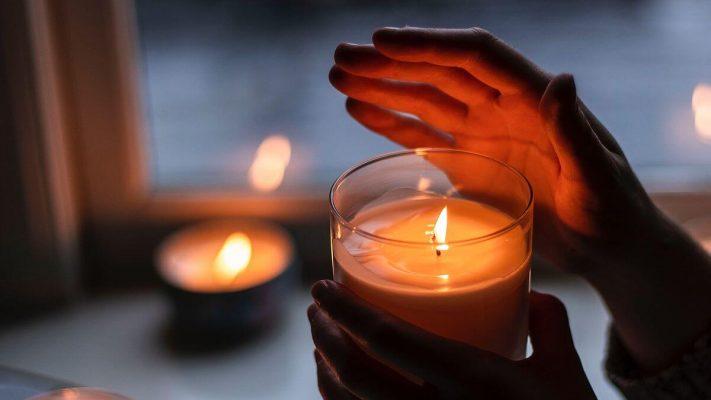 Свеши - Ръка скрива пламъкът от вятъра